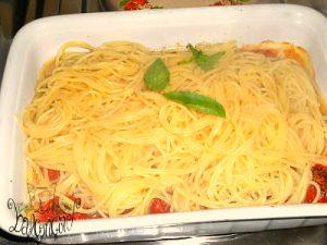 spaghetti con pomodori infornati4