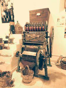 antica macchina per schiacciare le mandorle avola